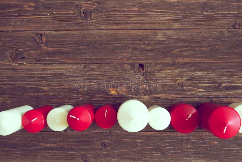 De hoogste kaars van de menings rode en witte kleur op een houten achtergrond Lijn van kaarsen stock fotografie