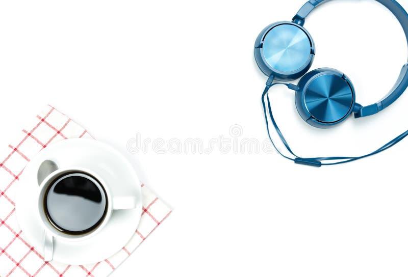 De de hoogste kop en hoofdtelefoon van de meningskoffie met exemplaarruimte op witte achtergrond stock foto's