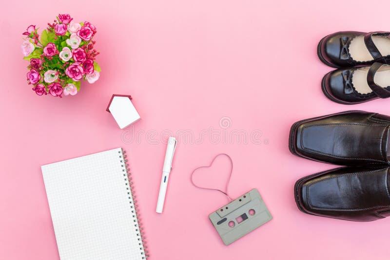 De hoogste laarzen van de meningspapa met dochtermeisje en notitieboekjedocument met stock foto's