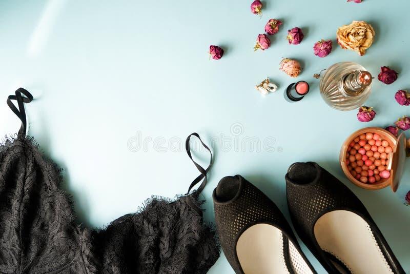 De hoogste lingerie van het menings zwarte kant De reeks van vrouwen essentieel toebehoren en ondergoed op vlakte lag manierconce stock afbeelding