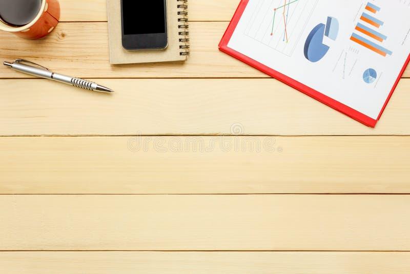 De hoogste mening charterde blad, pen, koffie, smartphonenotitieboekje, cactus o royalty-vrije stock foto's