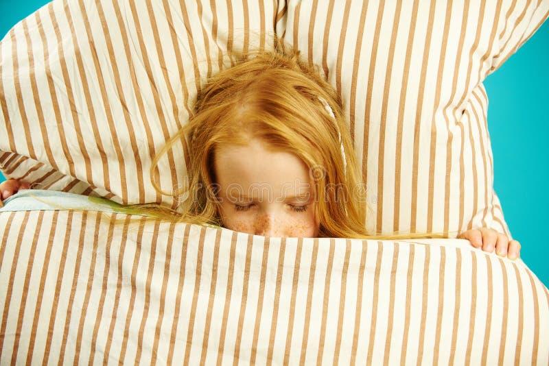 De hoogste mening die van kinderenmeisje in bed onder de dekking liggen, ziet prettige dromen stock afbeelding