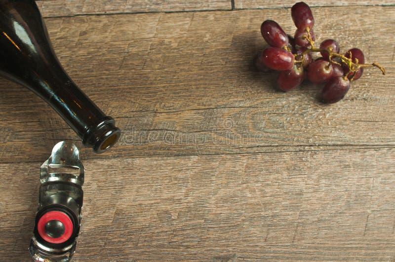 De hoogste mening, sluit omhoog van een open fles van wijnoogst, het Frans, open vlakte royalty-vrije stock foto
