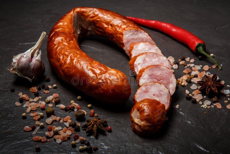 de hoogste mening sneed cirkel van droge genezen hamworst met knoflook en Spaanse peper royalty-vrije stock afbeeldingen