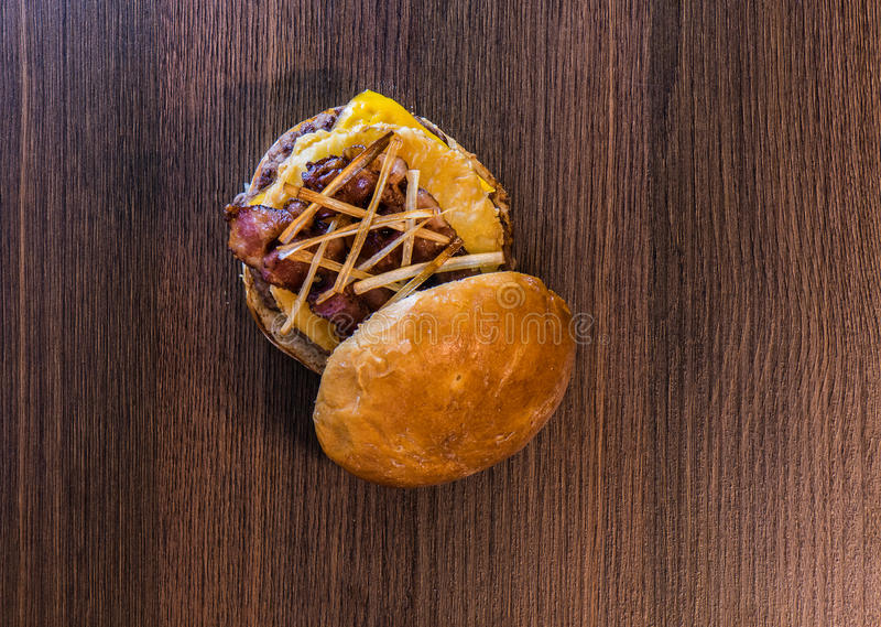 De hoogste mening van ananas-bacon hamburger vangt  royalty-vrije stock fotografie
