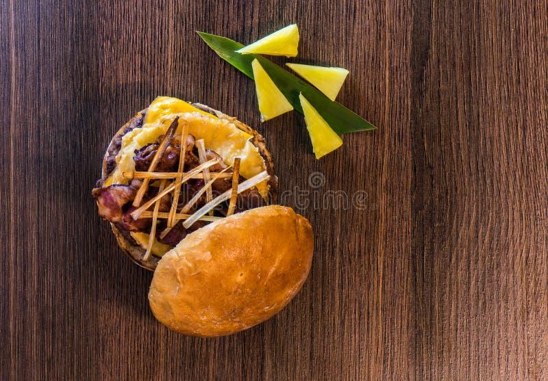 De hoogste mening van ananas-bacon hamburger vangt twee royalty-vrije stock afbeeldingen