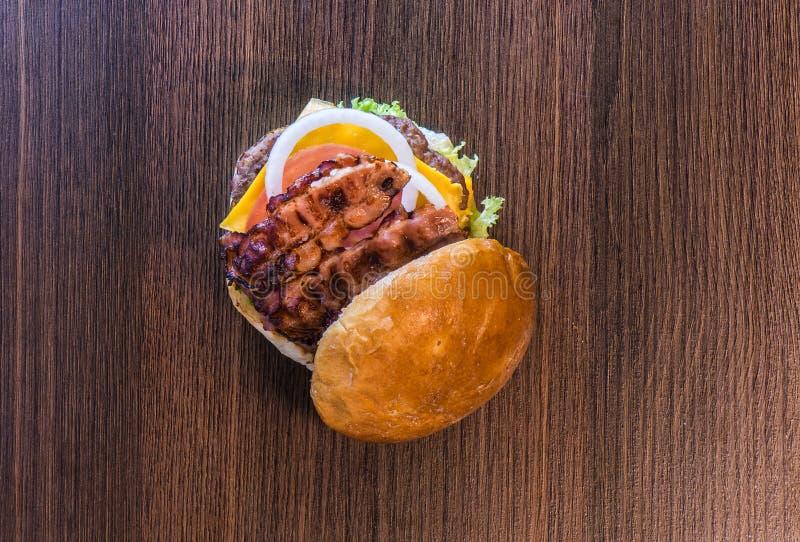 De hoogste mening van baconhamburger vangt  stock afbeeldingen