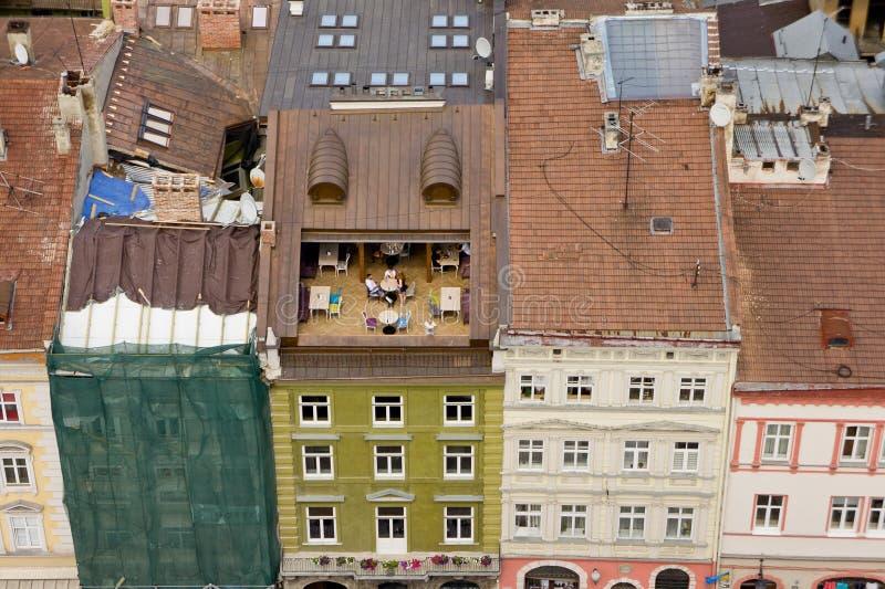 De hoogste mening van de daken van de oude Europese stad van een mening van het vogel` s oog stock foto