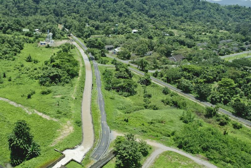 De hoogste Mening van Dam en afvoerkanalen Khun Dan Prakan Chon Dam is Bea royalty-vrije stock fotografie