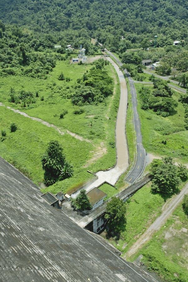 De hoogste Mening van Dam en afvoerkanalen Khun Dan Prakan Chon Dam is Bea royalty-vrije stock foto
