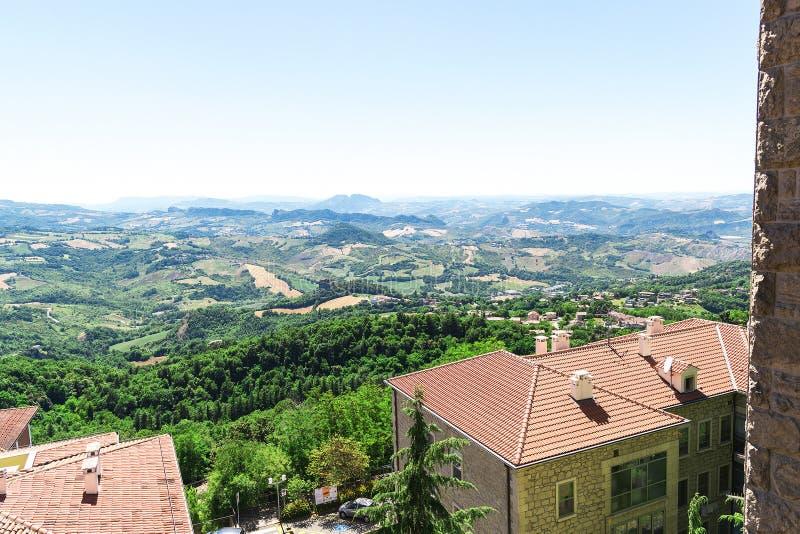 De hoogste mening van de daken van de huizen en de stad van San Marino royalty-vrije stock afbeeldingen