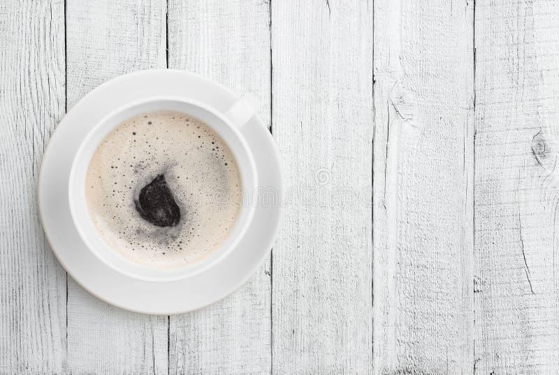 De hoogste mening van de koffiekop over witte houten lijstachtergrond stock foto