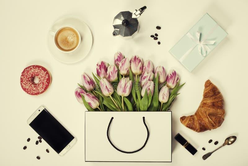 De hoogste mening van de lente bloeit, koffie, mobiele telefoon, croissants, gi stock foto
