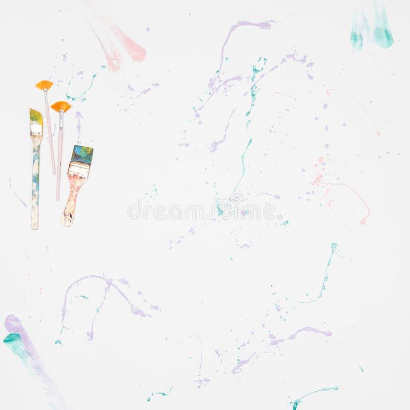 De hoogste mening van document met borstels en verf druipt, heldere abstracte kleurrijke achtergrond van kleurenvlekken stock foto's