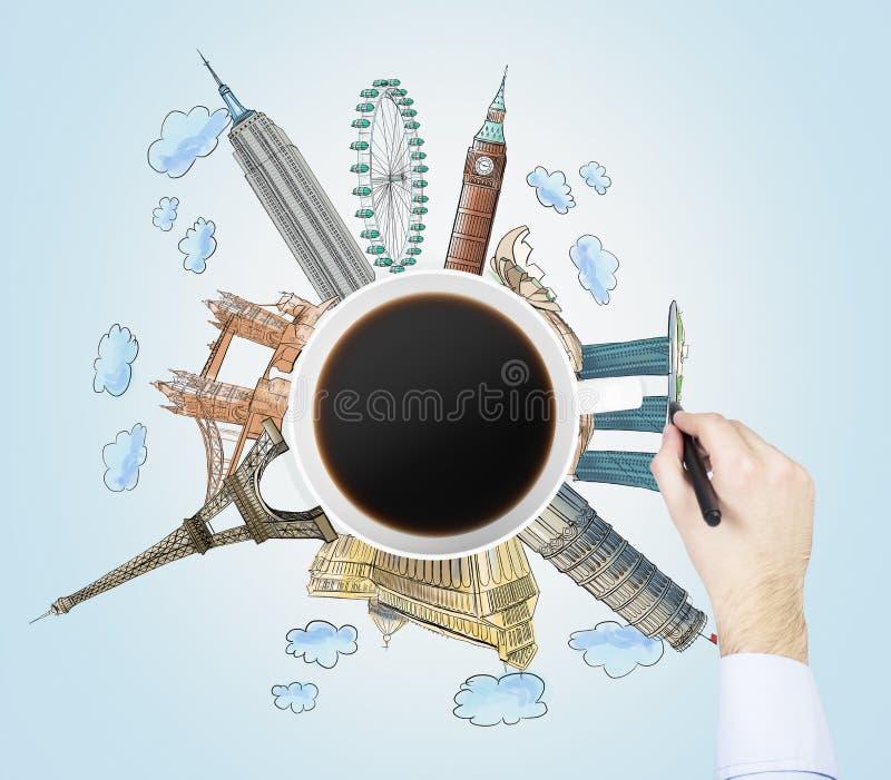 De hoogste mening van een koffiekop en de hand trekt kleurrijke schetsen van de beroemdste steden in de wereld Het concept het re stock fotografie