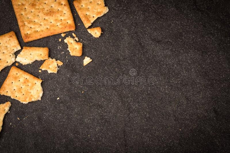 De hoogste mening van de gehele vlakte van tarwecrackers legt als grens op zwarte stock afbeelding