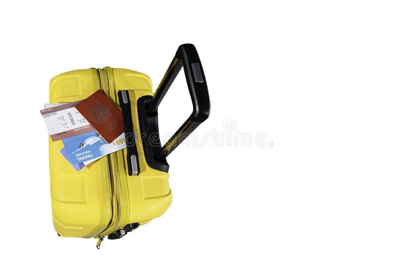 De hoogste mening van de gele koffer met een sporten instapkaart wordt geplaatst op de zak terwijl het reizen royalty-vrije stock fotografie