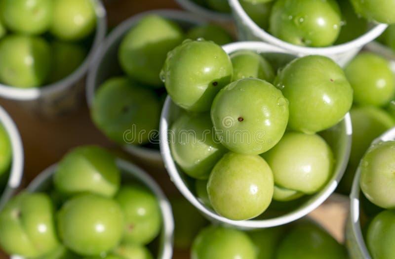 De hoogste mening van groene pruimen of de reine-claude in document vormt op verkoop in de straat in Turkije, populaire de lentev stock afbeelding