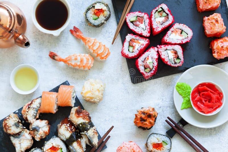 De hoogste mening van Japanse sushi vastgestelde nigiri en de sushibroodjes dienden met wasabi en gember stock foto