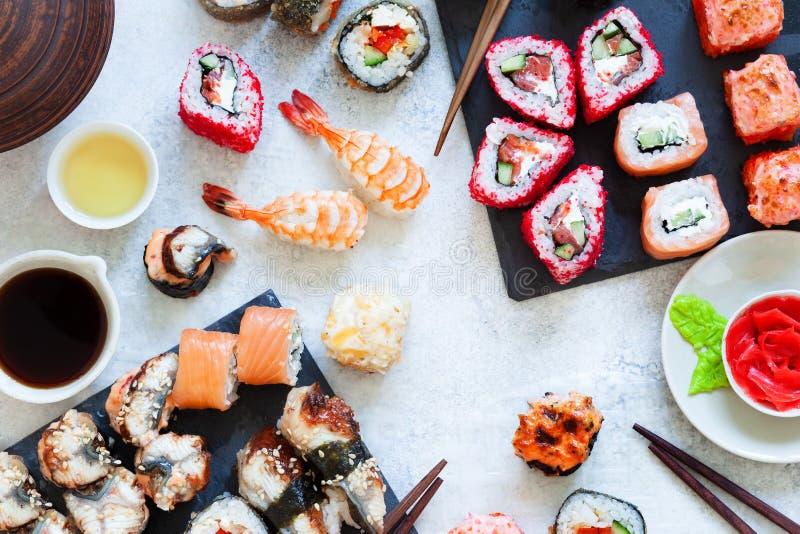 De hoogste mening van Japanse sushi vastgestelde nigiri en de sushibroodjes dienden met wasabi en gember stock fotografie