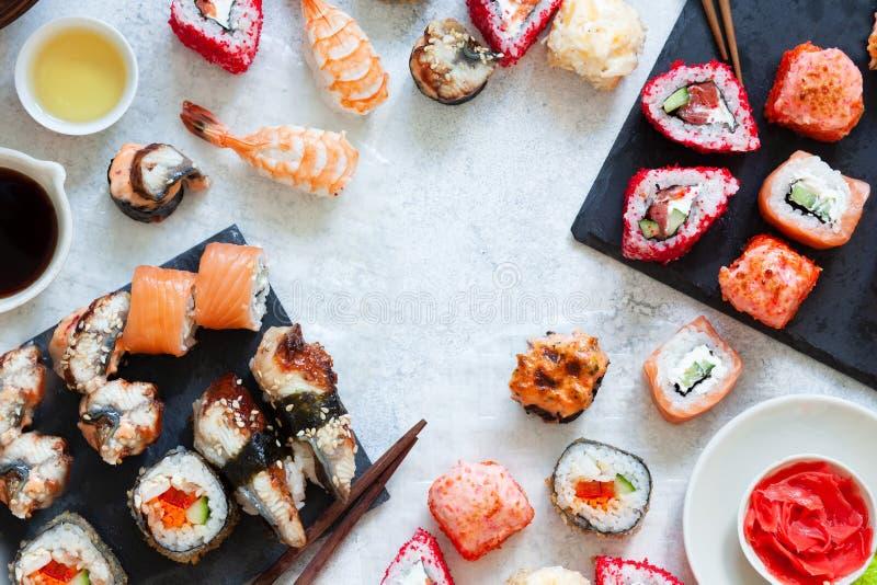 De hoogste mening van Japanse sushi vastgestelde nigiri en de sushibroodjes dienden met wasabi en gember royalty-vrije stock foto