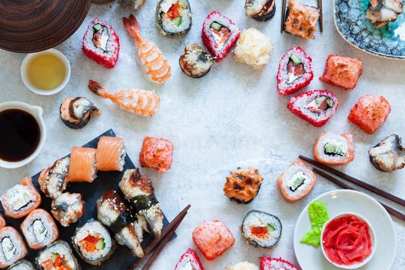 De hoogste mening van Japanse sushi vastgestelde nigiri en de sushibroodjes dienden met wasabi en gember stock foto's