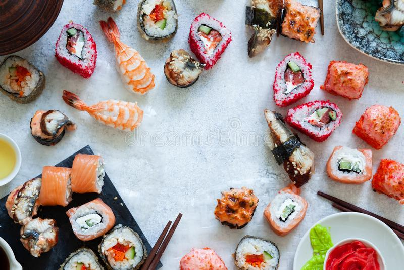 De hoogste mening van Japanse sushi vastgestelde nigiri en de sushibroodjes dienden met wasabi en gember stock afbeeldingen