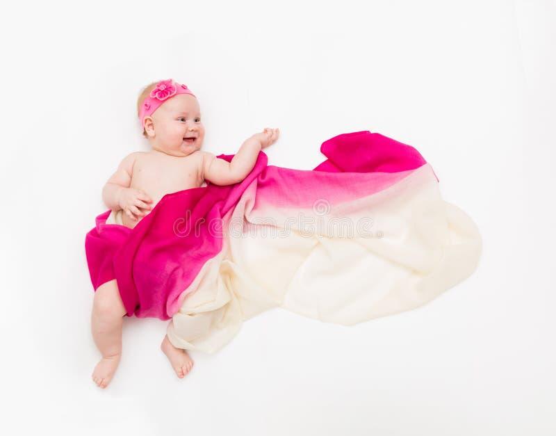 De hoogste mening van leuk babymeisje kleedde zich in een feekostuum - fladderende lange sjaal en hoofdband Ruimte voor tekst stock afbeelding