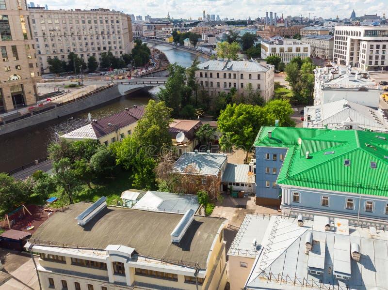 De hoogste mening van oude huizen in centrum en Vodootvodnyy kanaliseren in Moskou, Rusland stock foto's