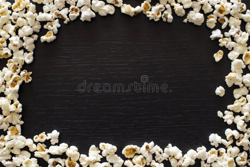 De hoogste mening van de popcorntextuur met ruimte voor tekst patroon van popcorn dichte omhooggaand, blck achtergrond stock fotografie