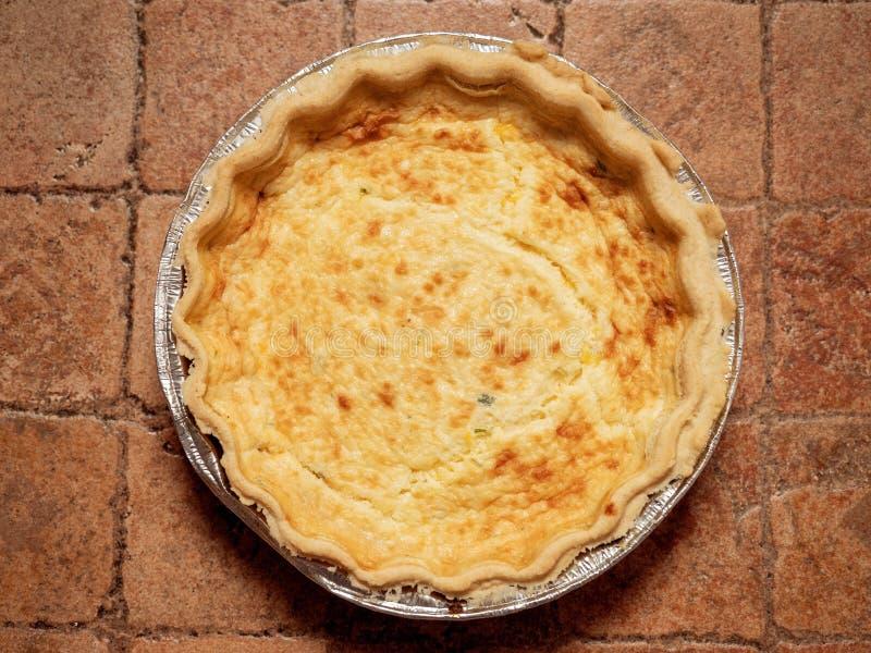 De hoogste mening van quichelotharingen over een tegeloppervlakte Het Franse voedsel van het stijlgebakje royalty-vrije stock foto's