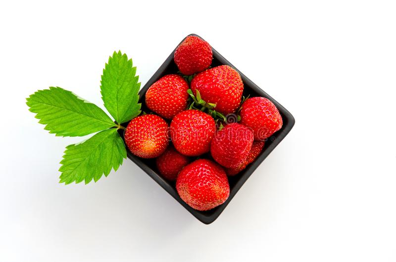De hoogste mening van smakelijke Spaanse die aardbeien verzamelde vers op een doos op witte achtergrond wordt geïsoleerd royalty-vrije stock afbeelding