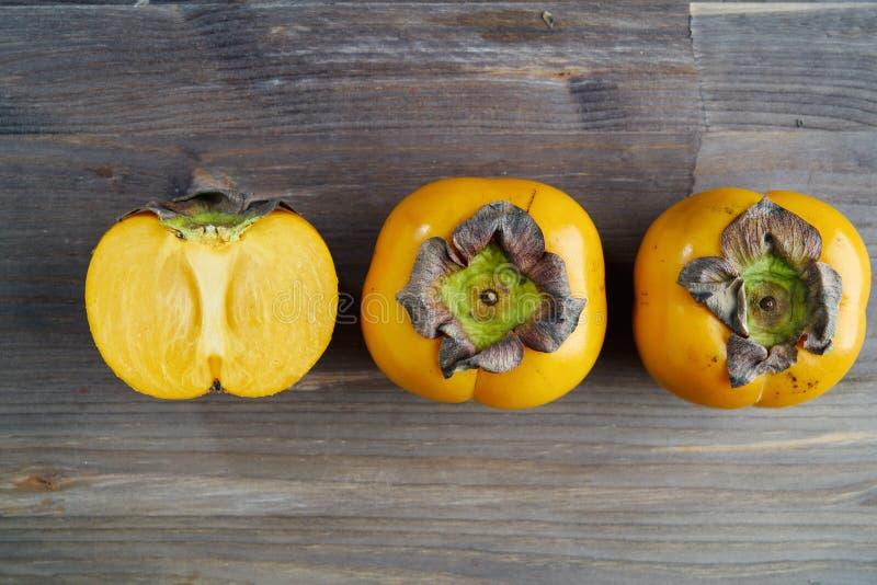 De hoogste mening van de vers fruitdadelpruim over houten lijst het creatieve concept gezond eet voedsel en voeding, ruimte voor  stock foto's