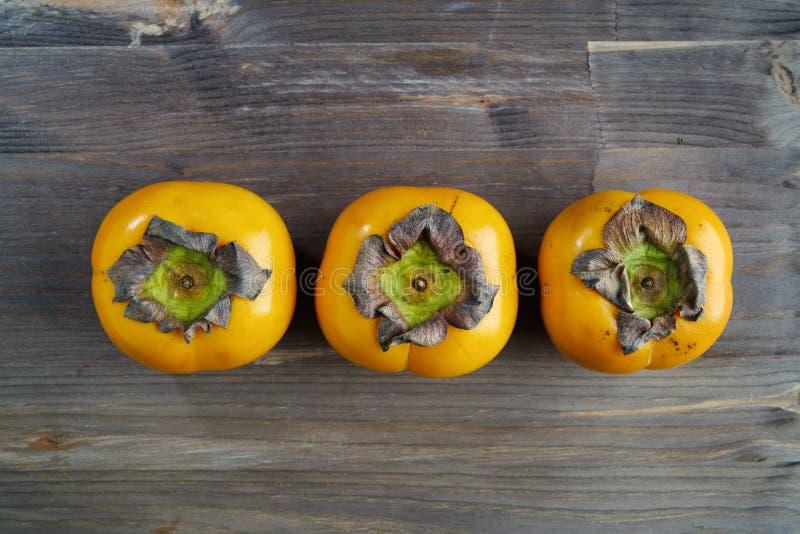De hoogste mening van de vers fruitdadelpruim over houten lijst het creatieve concept gezond eet voedsel en voeding, ruimte voor  royalty-vrije stock foto