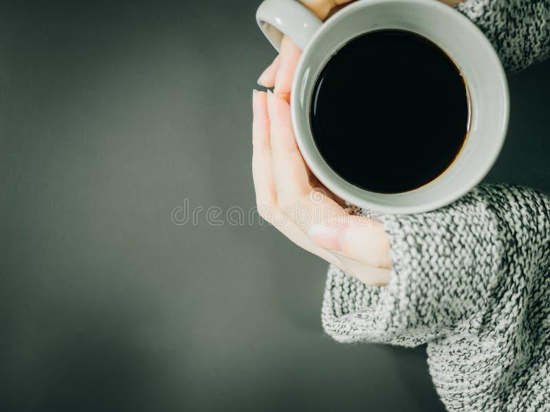 De hoogste mening van vrouwenhand met doek houdt de zwarte koffie in whi royalty-vrije stock fotografie