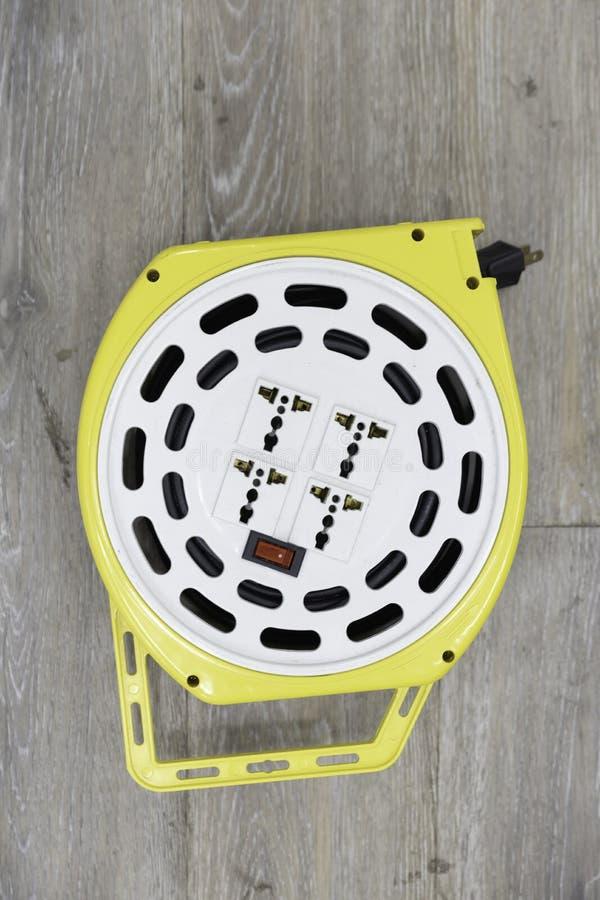 De hoogste mening van de witte en gele gerolde plastic draagbare veelvoudige stop van de contactdoosafzet met schakelt houten vlo royalty-vrije stock afbeeldingen