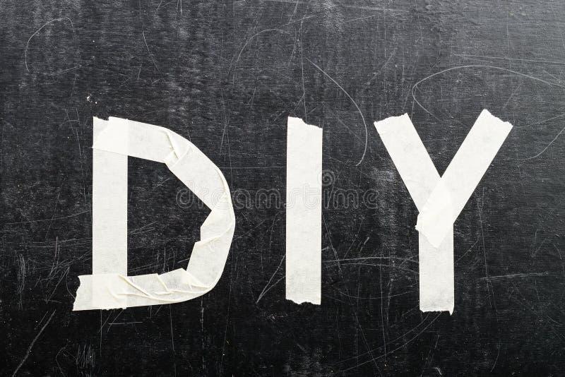 De hoogste mening van woord DIY maakte met plakband op donkere achtergrond, royalty-vrije stock afbeeldingen