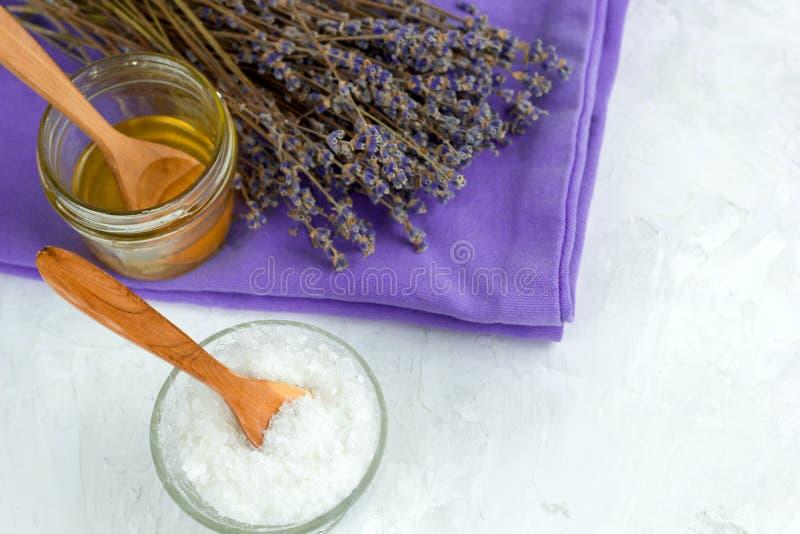 De hoogste menings droge lavendel bloeit, honingskruik, overzees zout, kuuroordreeks royalty-vrije stock foto