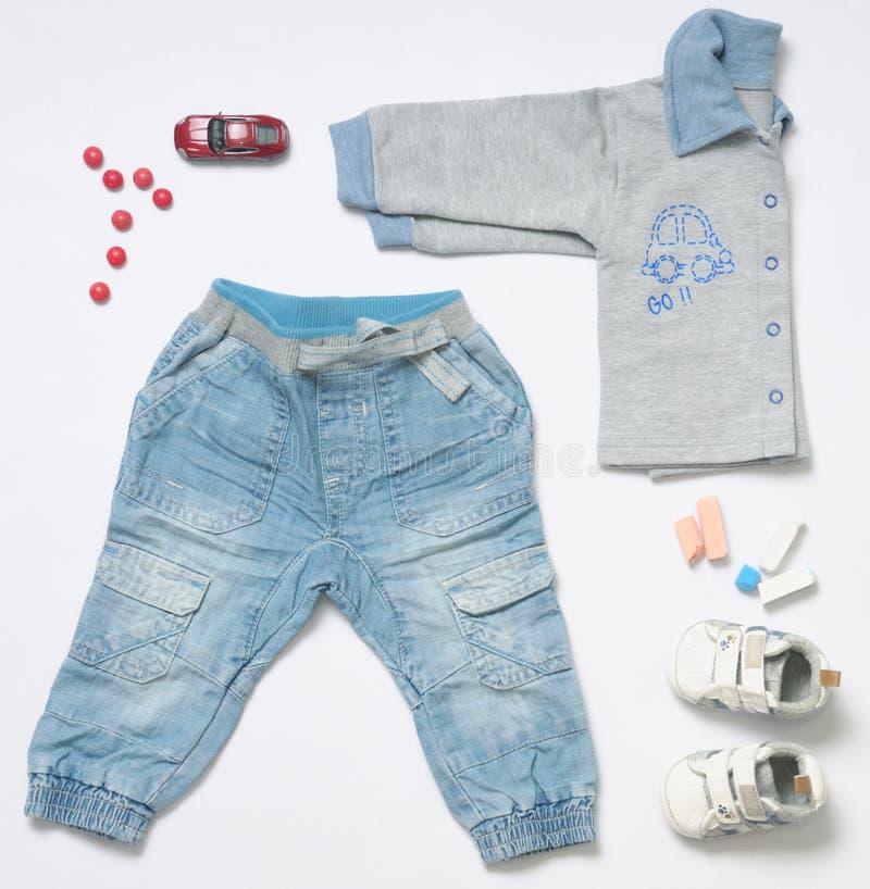 De hoogste in meningsmanier kijkt van de kleren van de babyjongen met stuk speelgoed royalty-vrije stock afbeelding