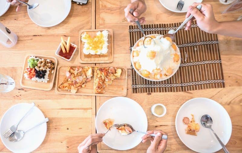 De hoogste meningsmensen eten maaltijddessert De vrienden en de Familie vieren met voedsel op houten lijst voor partij royalty-vrije stock foto