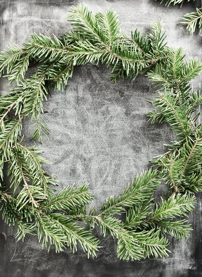 De hoogste meningsvlakte legt groene die Kerstmiskroon op bord met wit krijt wordt behandeld Het traditionele Nieuwe concept van  royalty-vrije stock foto