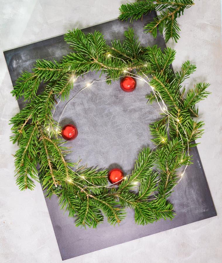 De hoogste meningsvlakte legt groene Kerstmiskroon met lichten op heldere achtergrond Het traditionele Nieuwe concept van de jaar royalty-vrije stock afbeelding