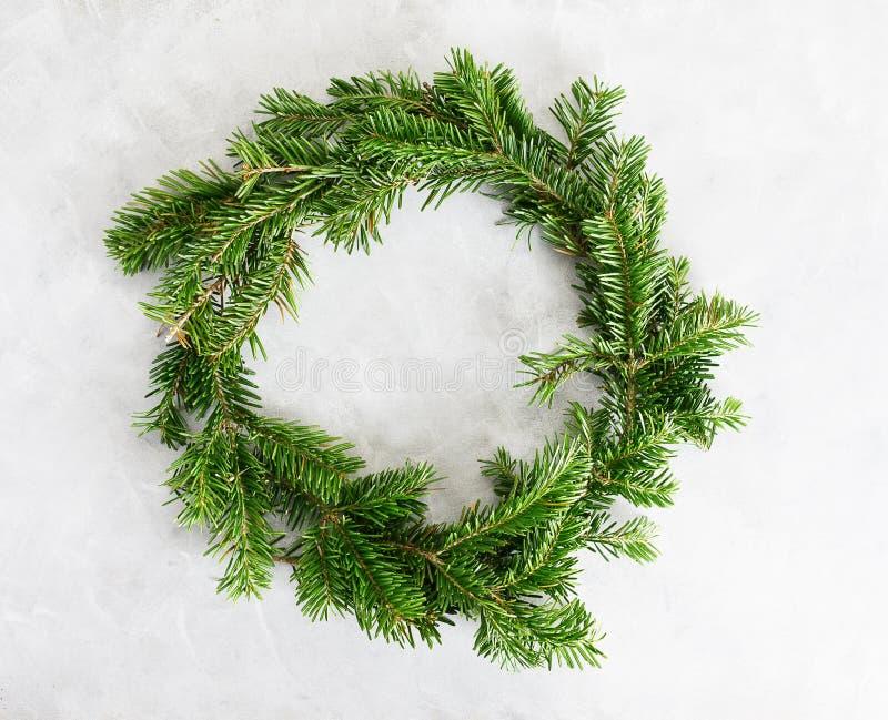 De hoogste meningsvlakte legt groene Kerstmiskroon op heldere achtergrond Het traditionele Nieuwe concept van de jaardecoratie ru stock foto's