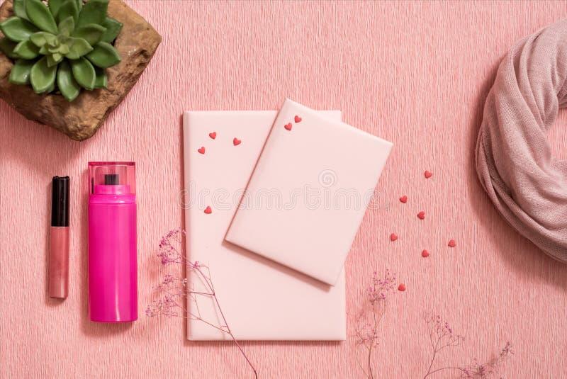 De hoogste toebehoren van de menings vrouwelijke manier op roze vlakte lagen Zwarte glazen, zak, horloge, lippenstift, parfum en  stock afbeelding