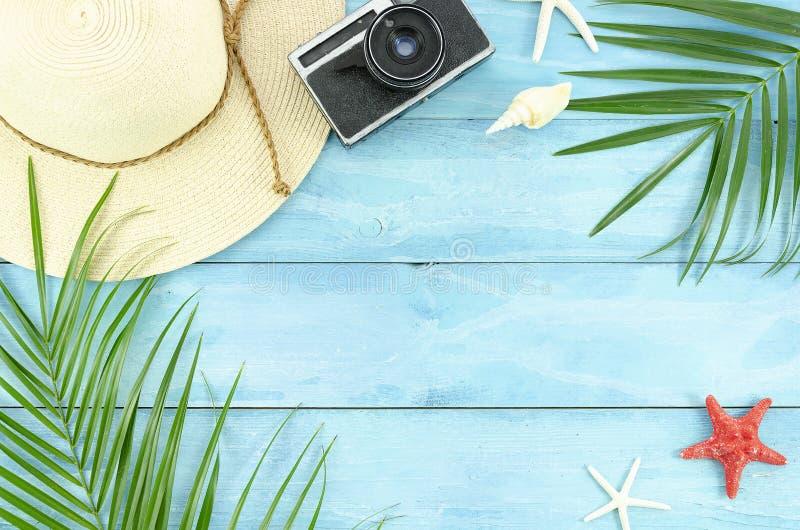 De hoogste de toebehorenvlieger van het meningsstrand, palmblad vertakt zich en rieten hoed op blauw plankenkader De de zomervlak royalty-vrije stock foto