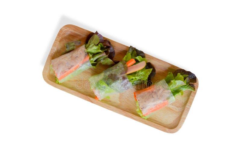 De hoogste van de menings verse organische groene plantaardige sla en wortel omslagen van de plakrijst met tonijn, worst op houte stock foto's