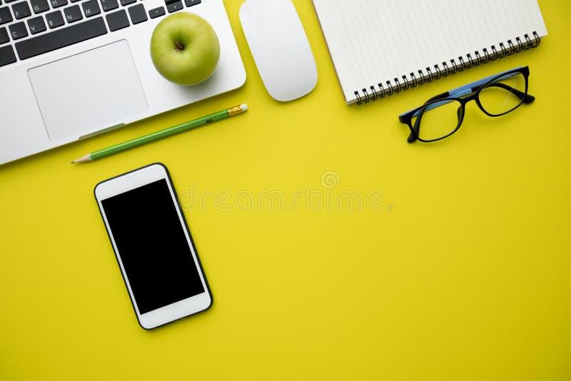 De hoogste vlakke mening, legt van Moderne gele bureaulijst met lapto stock foto