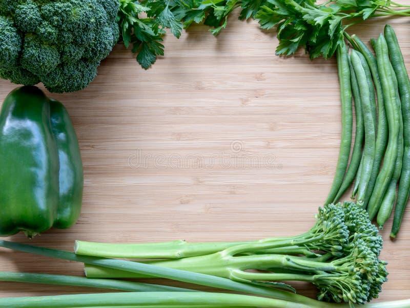 De hoogste vlakte legt mening van verse organische groenten stock afbeeldingen