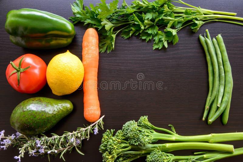 De hoogste vlakte legt mening van verse organische groenten stock foto