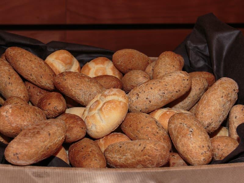 De Hoop van het broodjesbrood en Volkorenbroodjes binnen Doos stock afbeelding